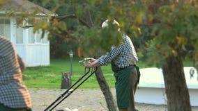 Coppie di vecchio lavoro dei giardinieri archivi video