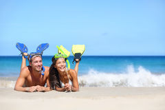 Coppie di viaggio della spiaggia divertendosi immergendosi sguardo Immagine Stock