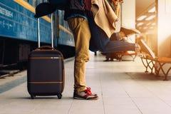Coppie di viaggio di giovani amanti che baciano all'aperto con il primo piano sulle gambe e sulle scarpe Stazione ferroviaria su  Fotografie Stock Libere da Diritti