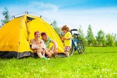 Coppie di Yong con il bambino in una tenda Immagine Stock