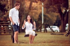 Coppie divertendosi in autunno del parco fotografia stock libera da diritti
