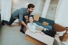 Coppie divertendosi durante muoversi in nuovo appartamento fotografie stock