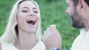 Coppie divertenti che mangiano uva stock footage