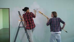 Coppie diy positive che fanno riparazione alla nuova casa archivi video
