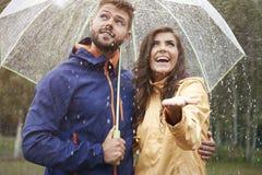 Coppie durante il giorno piovoso Fotografie Stock Libere da Diritti