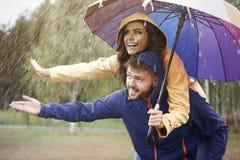 Coppie durante il giorno piovoso Immagini Stock