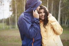 Coppie durante il giorno piovoso Fotografia Stock