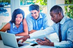 Coppie e agente immobiliare che discutono insieme immagini stock libere da diritti