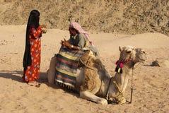 Coppie ed il cammello Immagine Stock