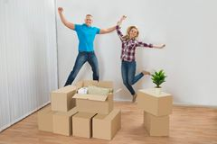 Coppie emozionanti in nuova casa Fotografia Stock Libera da Diritti