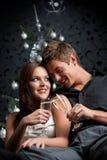 Coppie esagerate con champagne su natale Fotografia Stock Libera da Diritti