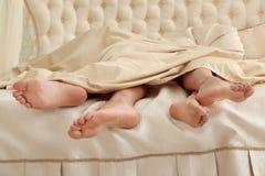 Coppie facendo sesso sotto la coperta immagini stock libere da diritti