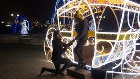 Coppie felici al mercato di Natale che celebra impegno archivi video