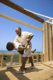 Coppie felici al nuovo luogo domestico. Fotografia Stock Libera da Diritti