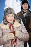 Coppie felici all'inverno Immagine Stock