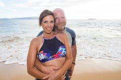 Coppie felici alla spiaggia Immagini Stock Libere da Diritti