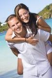 Coppie felici alla spiaggia Fotografie Stock