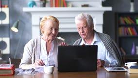 Coppie felici anziane che lavorano al computer archivi video