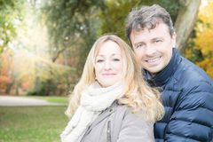 Coppie felici in autunno Giovane famiglia che ha divertimento fotografie stock