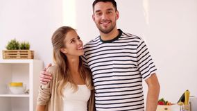 Coppie felici che abbracciano a casa cucina stock footage
