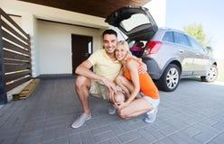 Coppie felici che abbracciano a casa il posto-macchina dell'automobile fotografia stock