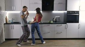 Coppie felici che ballano alla musica di mattina archivi video