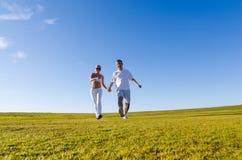 Coppie felici che camminano insieme Fotografie Stock Libere da Diritti