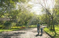 Coppie felici che camminano insieme verso l'estremità della strada Fotografia Stock Libera da Diritti