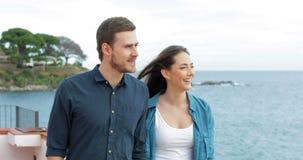 Coppie felici che camminano sulla spiaggia che indica orizzonte archivi video