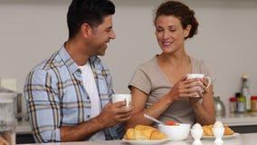 Coppie felici che chiacchierano insieme e che mangiano prima colazione stock footage