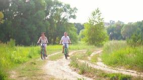 Coppie felici che ciclano sul percorso nell'abetaia video d archivio