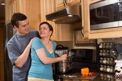 Coppie felici che cucinano nella cucina - orizzontale fotografie stock libere da diritti