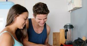 Coppie felici che cucinano prima colazione stock footage