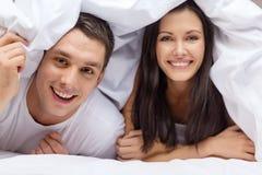 Coppie felici che dormono a letto fotografia stock