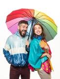 Coppie felici che durano in vestiti di autunno Uomo barbuto e ragazza graziosa con la sciarpa soddisfatta delle vendite di autunn fotografia stock