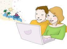 Coppie felici che esaminano computer portatile Immagini Stock