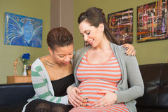 Coppie felici che esaminano utero Fotografia Stock