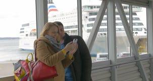 Coppie felici che fanno selfie con il telefono in porto archivi video