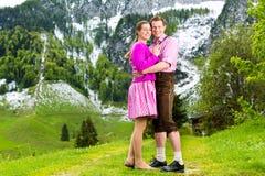 Coppie felici che fanno un'escursione nel prato alpino fotografie stock libere da diritti