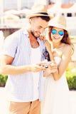 Coppie felici che fanno un giro turistico la città Fotografia Stock
