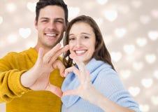 Coppie felici che formano cuore con la mano Immagini Stock Libere da Diritti