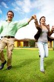Coppie felici che funzionano all'aperto Fotografie Stock Libere da Diritti