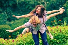 Coppie felici che giocano nel parco Fotografia Stock