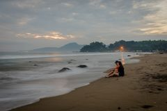 Coppie felici che godono dei loro momenti sulla spiaggia di Karang Hawu, Java ad ovest, Indonesia fotografie stock libere da diritti