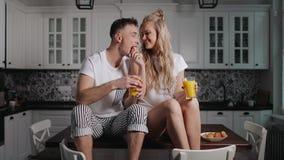 Coppie felici che godono della prima colazione archivi video