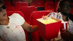 Coppie felici che guardano film spaventoso 3d video d archivio