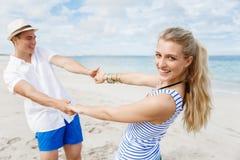 Coppie felici che hanno divertimento sulla spiaggia Immagine Stock Libera da Diritti