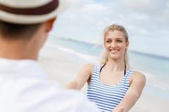 Coppie felici che hanno divertimento sulla spiaggia Fotografia Stock Libera da Diritti