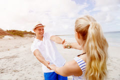 Coppie felici che hanno divertimento sulla spiaggia Fotografia Stock