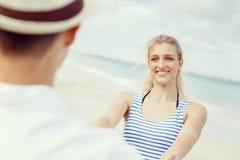 Coppie felici che hanno divertimento sulla spiaggia Fotografie Stock Libere da Diritti